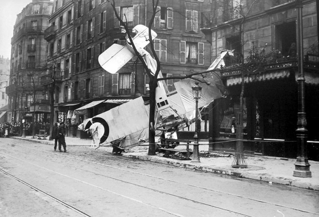 1917_plane_crash_on_132_rue_d_alesia_paris.jpg