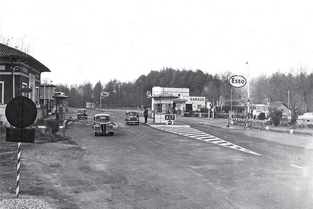 1924_the_entry_and_exit_of_the_autostrada_dei_laghi_in_italy_which_is_considered_to_be_the_first_motorway_in_the_world.jpg