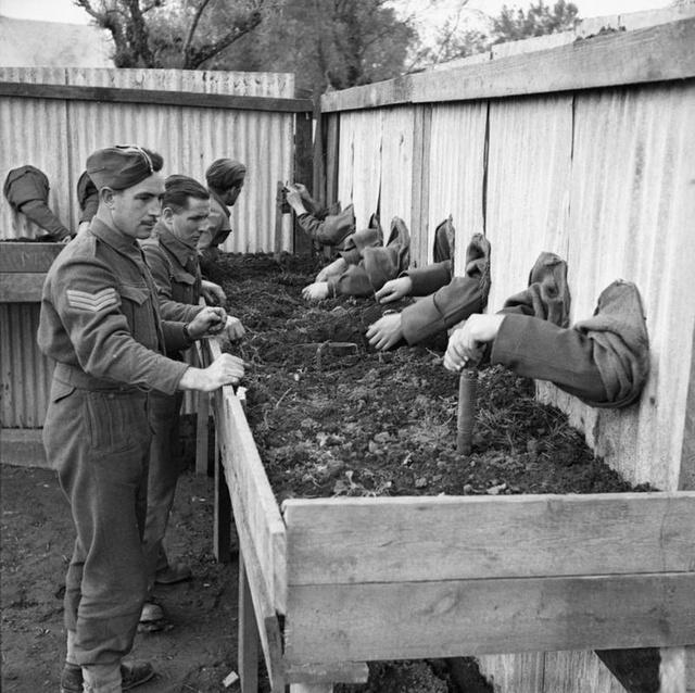 1943_brit_aknamentesitok_a_gyakorlaton_vakon_szerelik_szet_a_robbanoszerkezeteket_hogy_a_fronton_majd_a_sotetben_is_tudjanak_dolgozni_1.jpg