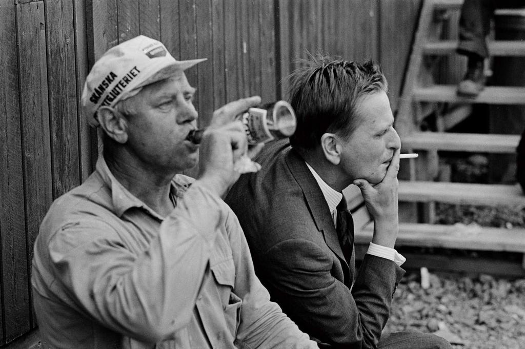 1968_olof_palme_sved_miniszter_pihen_egy_munkavallaloval_mikozben_ellatogat_egy_epitkezesre_stockholm.jpeg