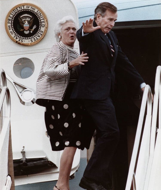 1989_president_bush_sr_reacts_after_stepping_on_the_the_toe_of_first_lady_barbra_bush_while_boarding_airforce_one_at_andrews_airforce_base_maryland.png