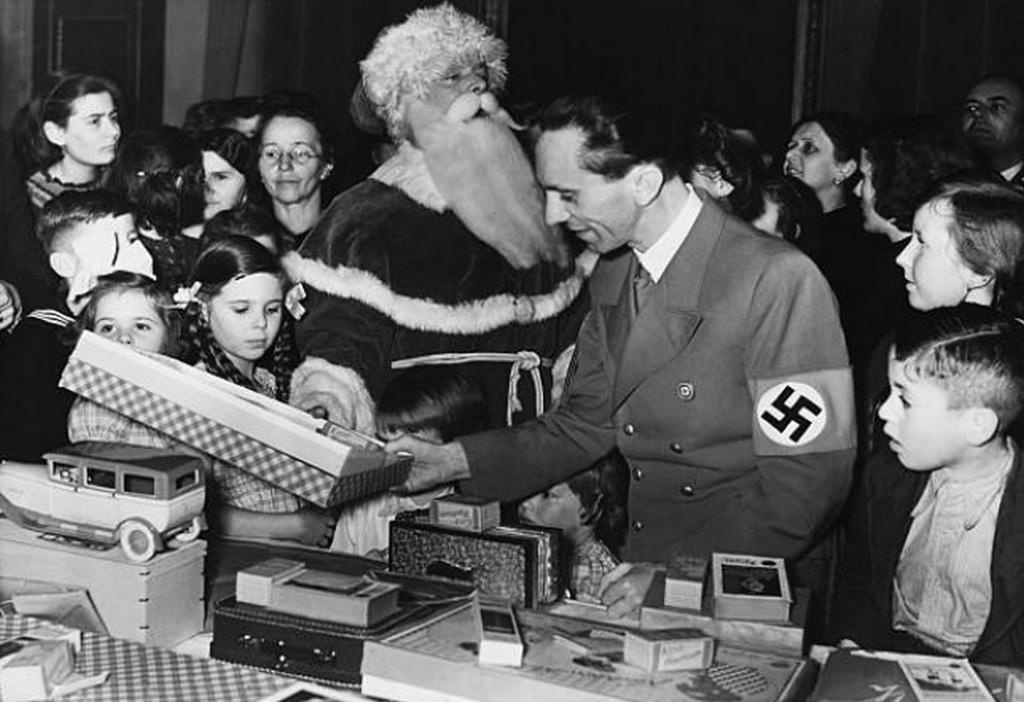 1937_gobbels_hilde_es_helga_a_karacsonyi_vasaron.jpg