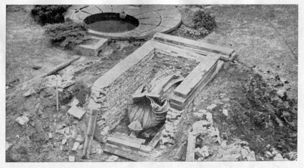 1945_bronze_statue_of_desiderius_erasmus_excavated_after_ww2_in_rotterdam_the_netherlands_the_statue_was_buried_by_the_citizens_of_rotterdam_cr.jpg
