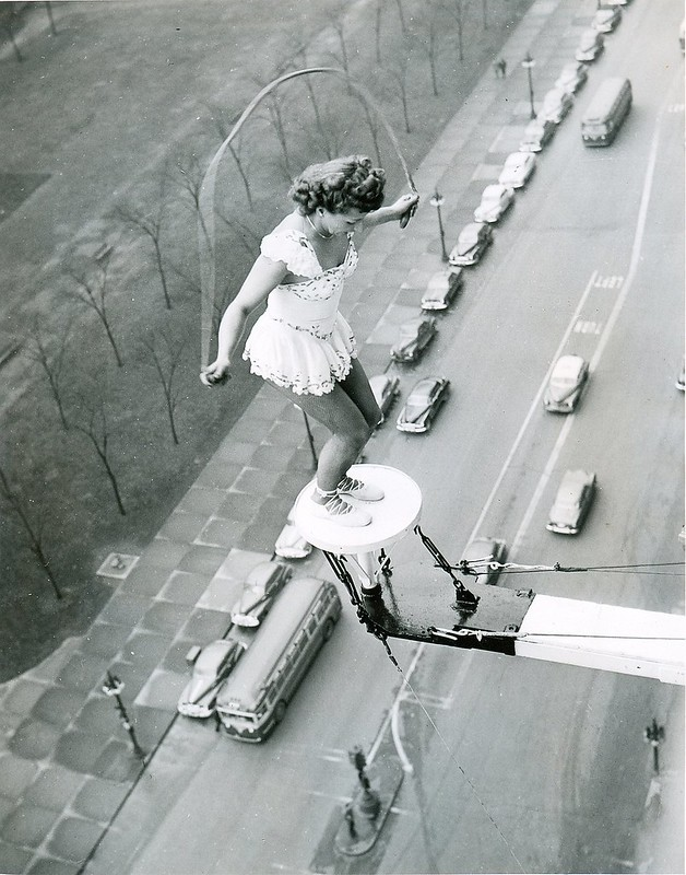 1949_betty_fox_jumping_rope_daredevil_over_chicago_streets.jpg