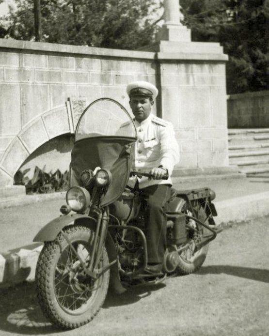 1947_szovjet_motoros_rendor_szocsiban_egy_harley-n.jpeg