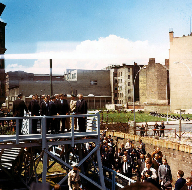 1963_kelet-nemet_hatarorok_nezik_a_hatterbol_john_f_kennedy_berlini_latogatasakor_elmondott_beszedet.jpeg
