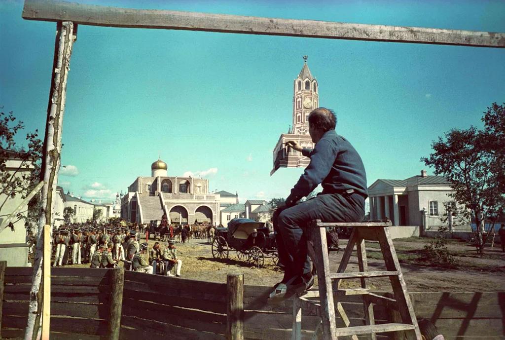 1966_a_haboru_es_beke_filmsorozat_forgatasan_uveglapra_festik_a_hatter_epult_tornyat_kozvetlenul_a_felvetel_elott_szovjetunio.png