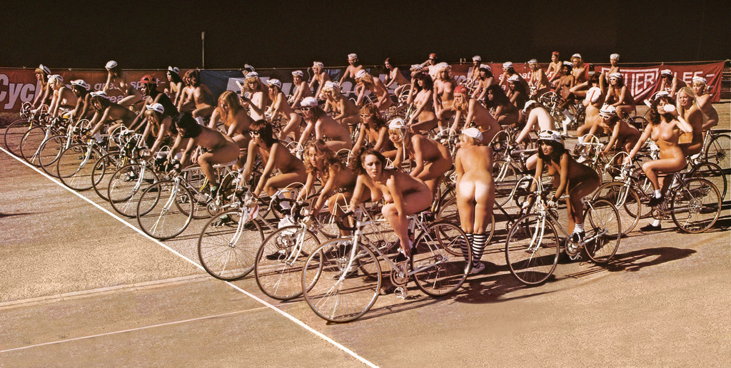 1978_65_lany_gyult_ossze_a_wimbledoni_stadionban_a_queen_egyuttes_biciklis_dalanak_videoklipjehez.jpeg