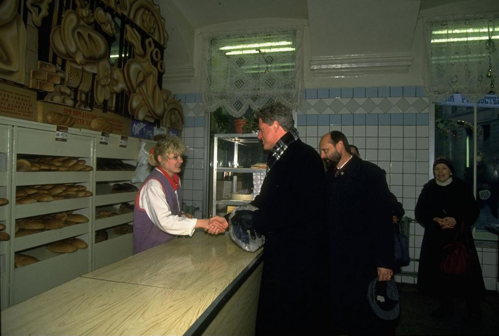 1994_bill_clinton_amerikai_elnok_egy_moszkvai_elelmiszerboltban.jpeg