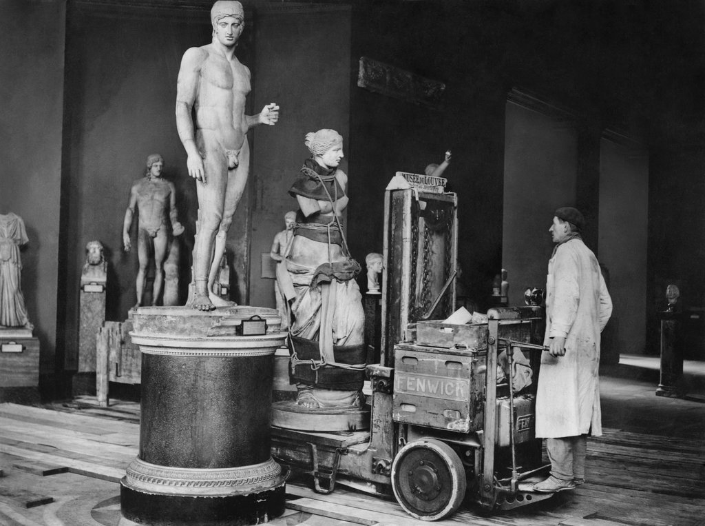 1935_the_millennia-old_venus_de_milo_was_taken_for_a_spin_around_the_louvre_with_an_electric_forklift.jpg