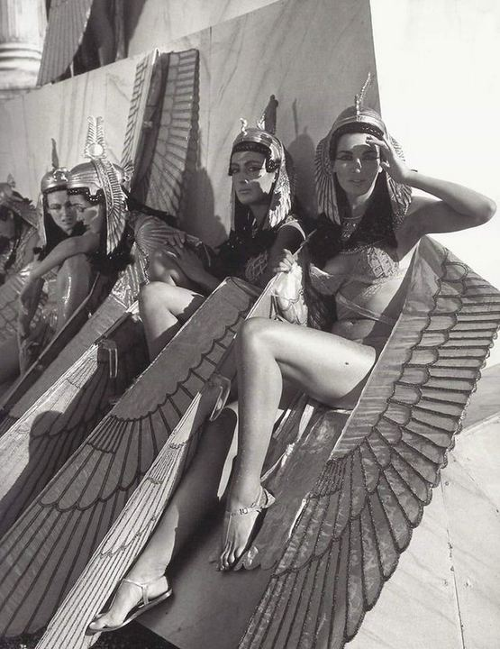 1963_extras_relaxing_on_the_set_of_cleopatra.jpg