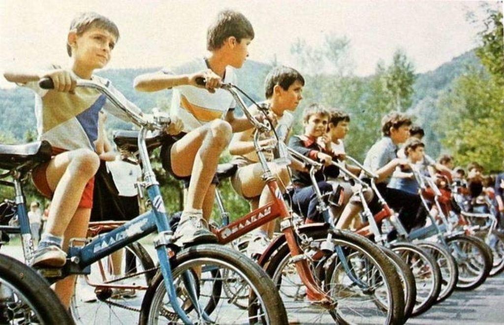 1979_korul_fiuk_egy_bicikliverseny_rajtjanal_bulgariaban_sokuknak_hazai_gyartasu_balkan_biciklije_van.jpg