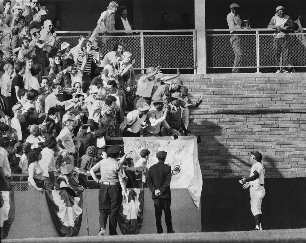 1973_yogi_berra_ny_mets_sought_to_calm_the_shea_stadium_fans_who_were_throwing_things_onto_the_field.jpg