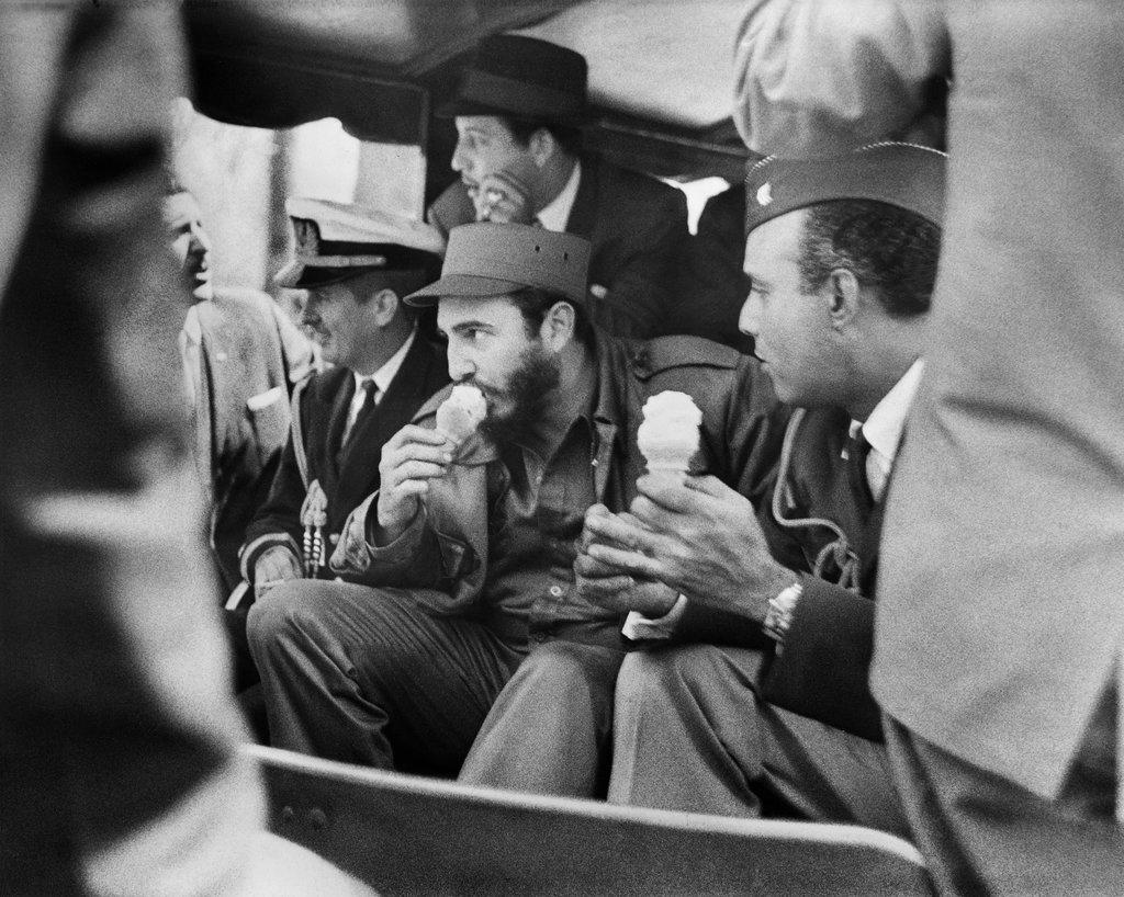 1959_fidel_castro_new_yorkban_a_bronxi_allatkertben_fagyizik.jpg