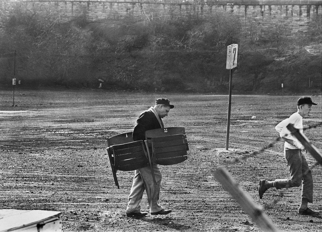 1964_egy_szurkolo_viszi_haza_a_new_york_giants_egykori_elso_stadionjanak_a_polo_grounds-nak_bontasakor_kidobasra_itelt_szekeket.jpg