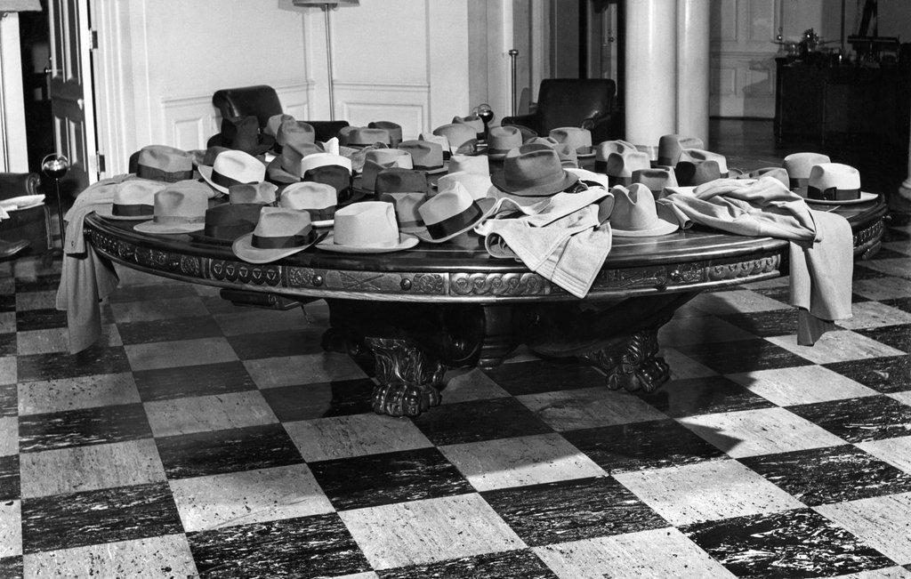 1948_a_freher_haz_latogatoinak_ott_felejtett_kalapjai_es_egyeb_ruhadarabjai.jpg