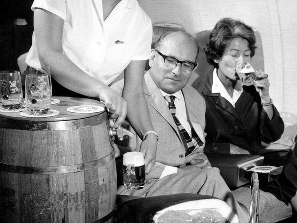 1960-as_evek_lufthansa_serving_draft_beer_on_planes.jpg