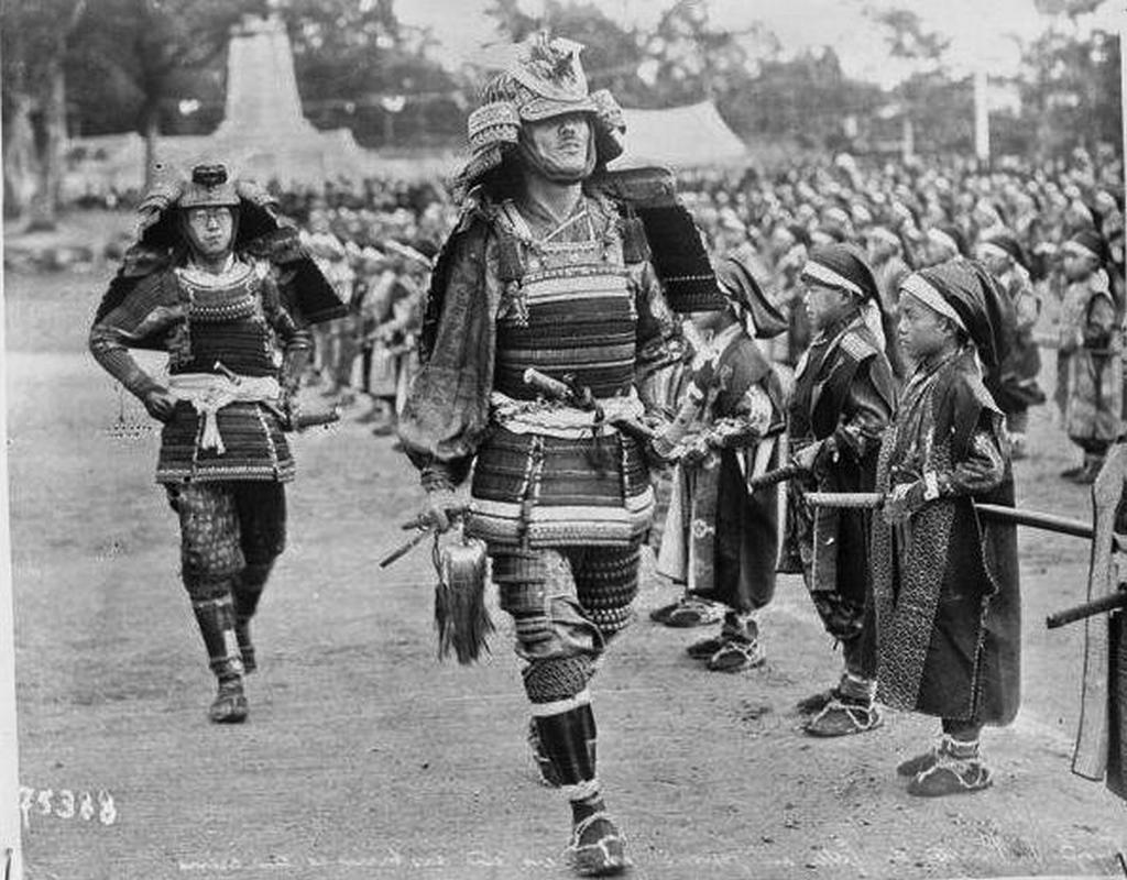 1922_the_future_king_edward_viii_later_duke_of_windsor_dressed_in_samurai_clothing_during_a_visit_to_japan.jpg
