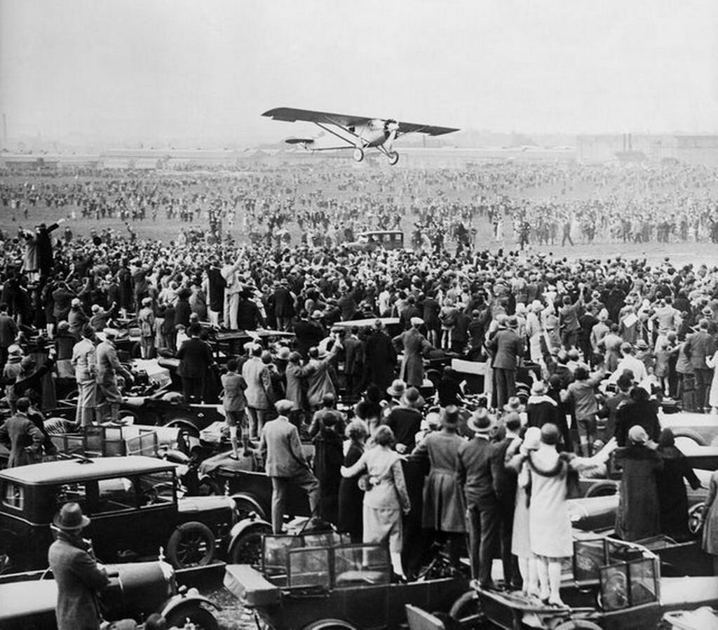 1927_majus_21_charles_lindbergh_lands_in_paris_le_bourget_field_completes_the_world_s_first_solo_nonstop_transatlantic_flight.jpg