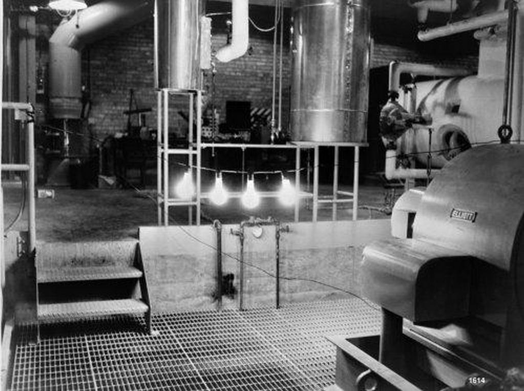 1951_the_first_production_of_usable_nuclear_electricity_from_a_nuclear_reactor_four_lightbulbs_lit_with_electricity_generated_by_the_erb-1_reactor_at_argonne_national_laboratory_in_idaho.jpg