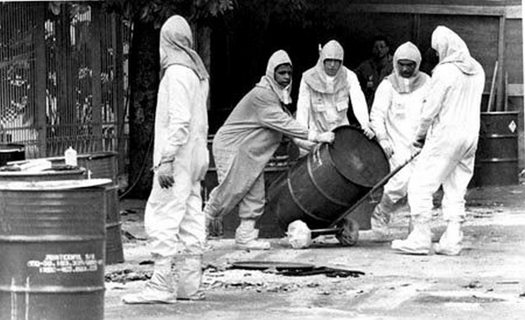 1987_brazilian_hazmat_workers_removing_a_capsule_from_the_scene_of_the_goi_nia_incident_which_killed_4_people_and_exposed_249_others_to_dangerous_doses_of_radiation.jpg