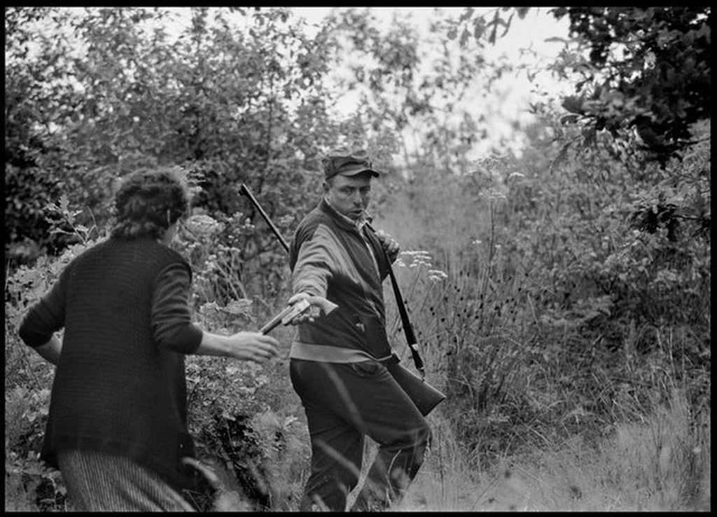 1991_croatian_civilian_giving_his_wife_pistol_to_defend_their_home_against_yugo-serbian_invasion.jpg