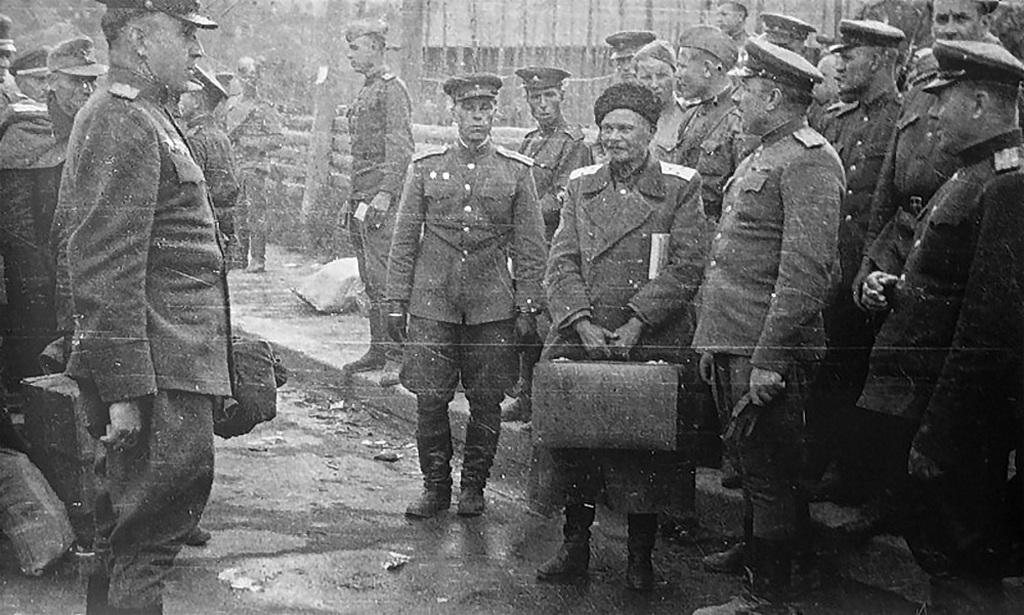 1945_az_shkuro_ataman_es_tobb_kozak_atadasa_a_britek_altal_a_szovjet_hatosagoknak_1945_majus_31_ausztria.jpeg