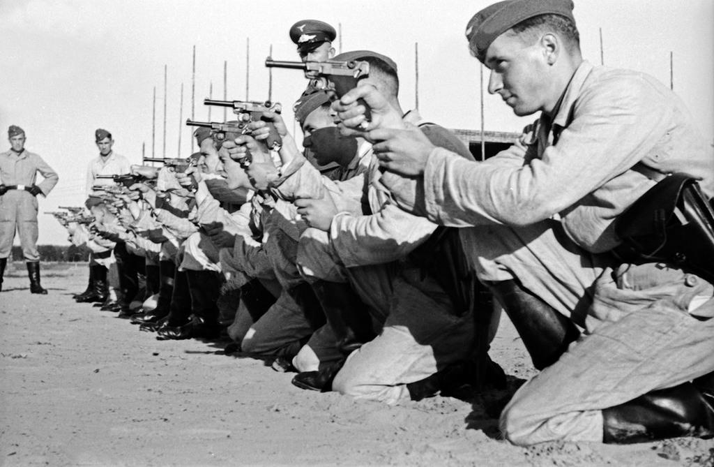 1937_logyakorlat_ujoncokkal_a_nemet_birodalmi_legieronel_a_luftwaffe-nal_luger_p08_pisztollyal.jpg