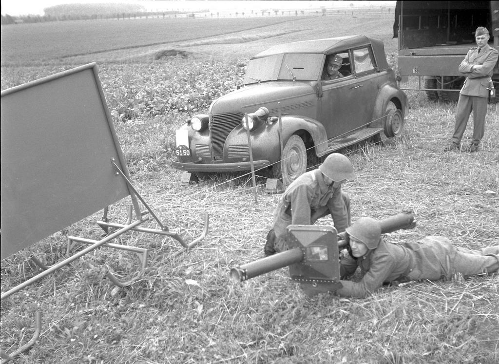 1957_egy_vontatott_celpont_amelyet_a_svajci_hadsereg_egysegeiben_hasznalnak_granathordozok_kikepzesere_rl-83_blindicide_granatveto_cr.jpg
