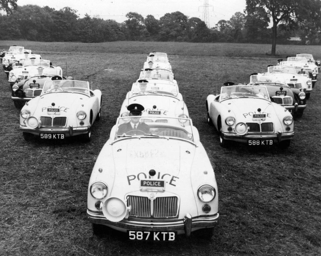 1958_mg_mga_sportkocsik_amelyeket_a_lancaster_rendorseg_autopalyak_jarorzesere_hasznalt_egyesult_kiralysag.jpg
