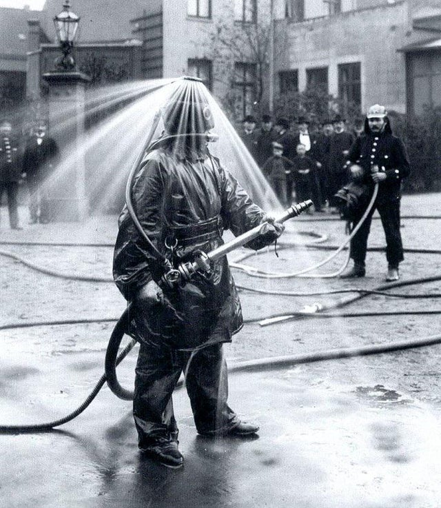 1900_testing_a_firefighter_helmet_germany.jpg