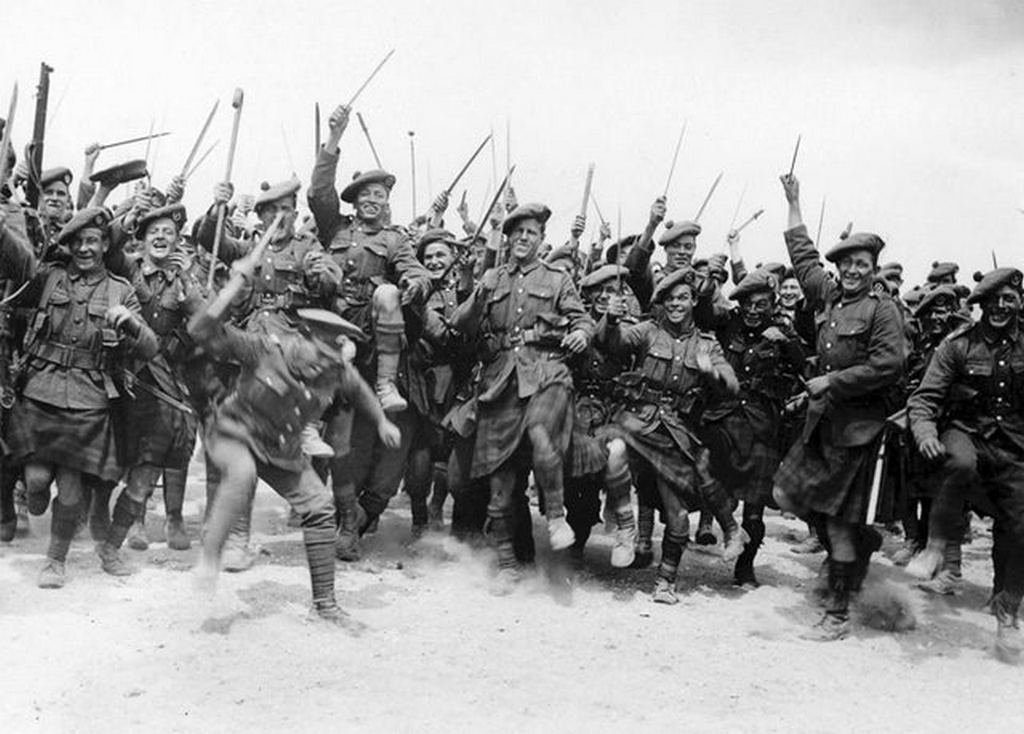 1917_british_troops_having_fun_in_front_of_the_camera.jpg