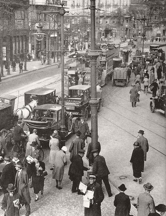 1927_rush_hour_berlin.jpg