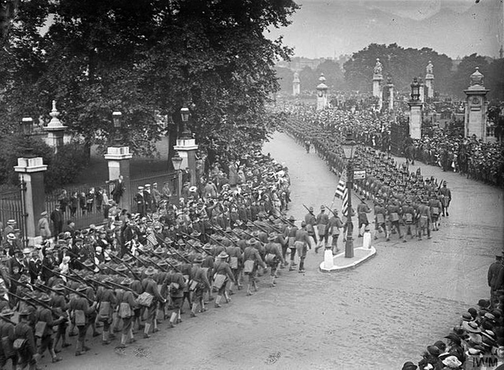 1917_column_of_american_troops_passing_buckingham_palace_london.jpg