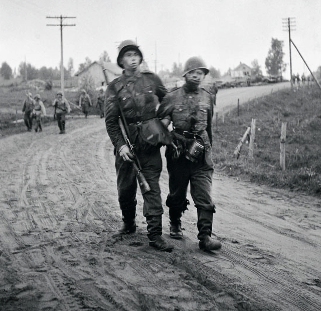 1944_junius_finnish_soldiers_retreating_during_the_soviet_vyborg_offensive_karelian_isthmus.png