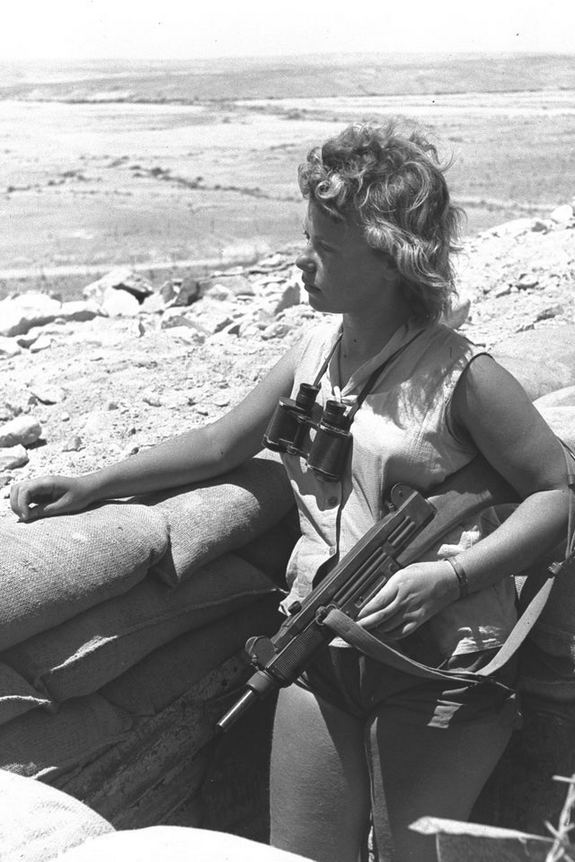 1956_an_uzi-armed_israeli_soldier_on_guard_negev_desert.jpg