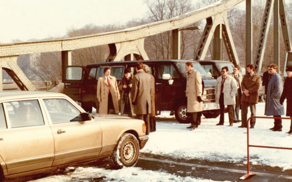 1986_februar_11_exchange_of_spies_on_glienicke_bridge_in_berlin_mercedes_belongs_to_wolfgang_vogel.jpg