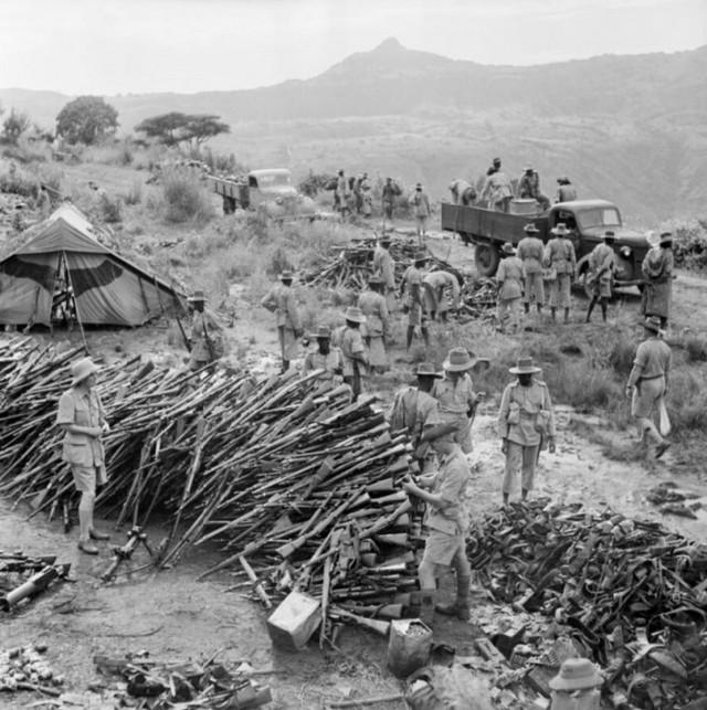 1941_brit_csapatok_szallitjak_el_az_olaszok_fegyvereit_etiopiaban.jpg