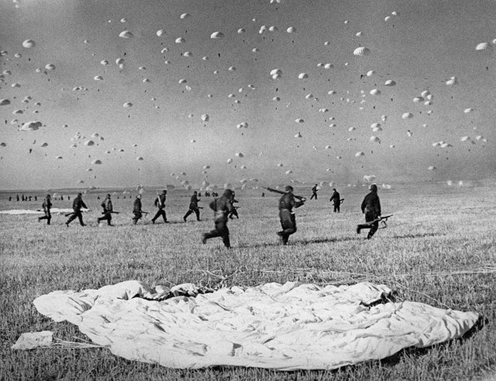 1935_mass_paratroopers_landing_during_military_exercise_in_kiev_ukraine_ussr.jpg