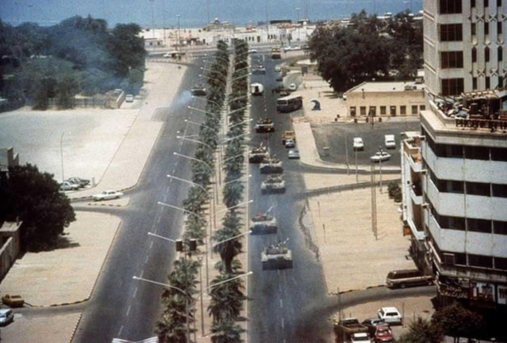 1990_08_03_iraqi_tanks_strolls_into_kuwait_city_on_the_first_day_of_the_invasion.jpg