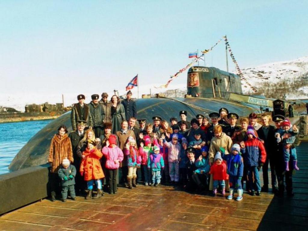 1998_a_k-141_kurszk_nuklearis_tengeralattjaro_tengereszei_1990-es_evek_vegen_vidyaevo_murmanszki_regio.jpeg