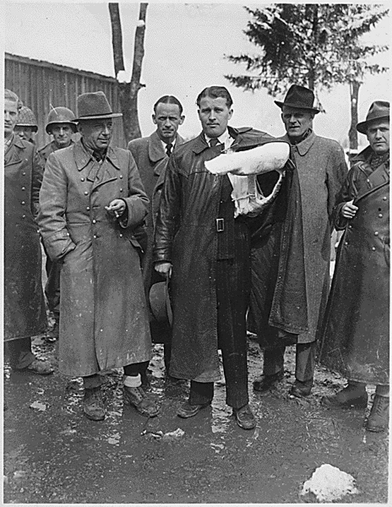 1945_majus_3_wernher_von_braun_former_nazi_rocket_scientist_later_nasa_scientist_as_part_of_operation_paperclip_with_wounded_arm_in_a_cast_after_surrendering_to_the_american_military.png