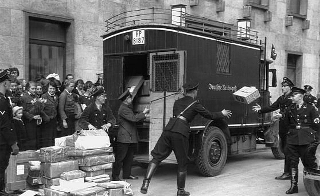 1937_postal_workers_and_ss_bodyguards_unloading_hitler_s_birthday_post_in_front_of_the_reich_chancellery.jpg