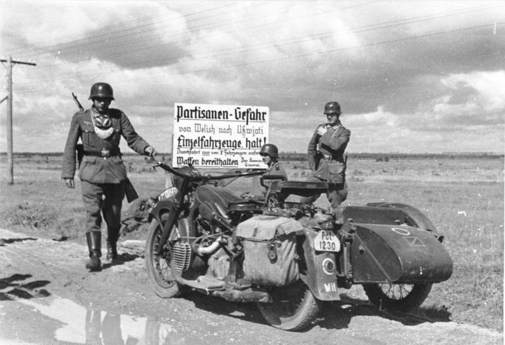 1941_julius_nemet_katonai_rendeszek_egy_partizanveszelyre_figyelmezteto_tabla_elott_oroszorszag_kozepso_resze.jpg