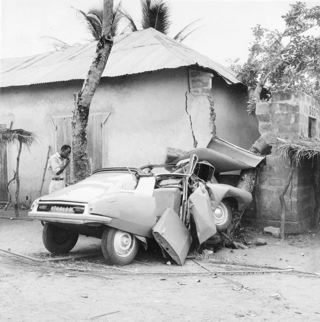1965_citroen_ds_car_accident_in_benin.jpg