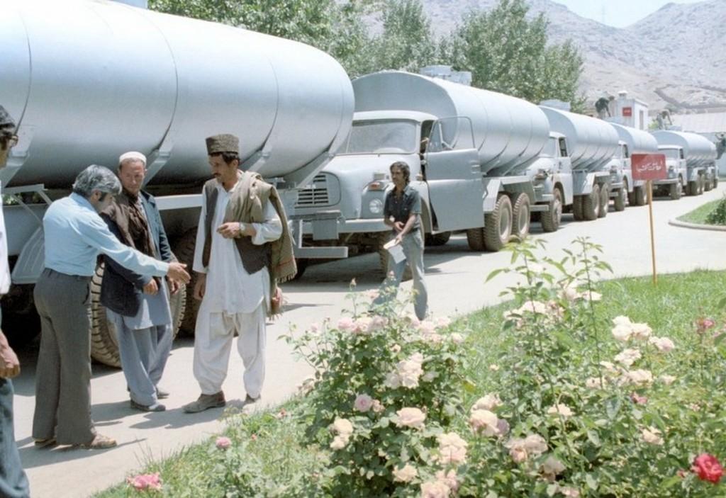 1981_csehszlovak_tatra_148_teherautok_kabulban_afganisztan_a_fulkes_alvazakra_helyben_szereltek_fel_a_kivant_felepitmenyt_jelen_esetben_tartalyokat.jpg