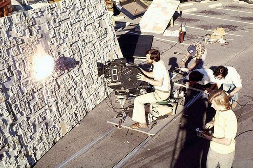 1983_a_star_wars_sorozat_jedi_visszater_cimu_epizodjaban_a_halalcsillag_elpusztitasa_jelenetet_forgatjak_egy_makett_segitsegevel.jpg