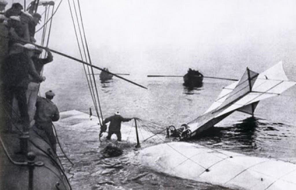 1909_hubert_latham_aki_bleriot_elott_6_nappal_probalkozott_a_lmcsatorna_atrepulesevel_de_a_motor_8_merfoldnyire_a_francia_partoktol_1000_lab_magassagban_leallt_siklorepulessel_leszallt_a_tengerre.jpg