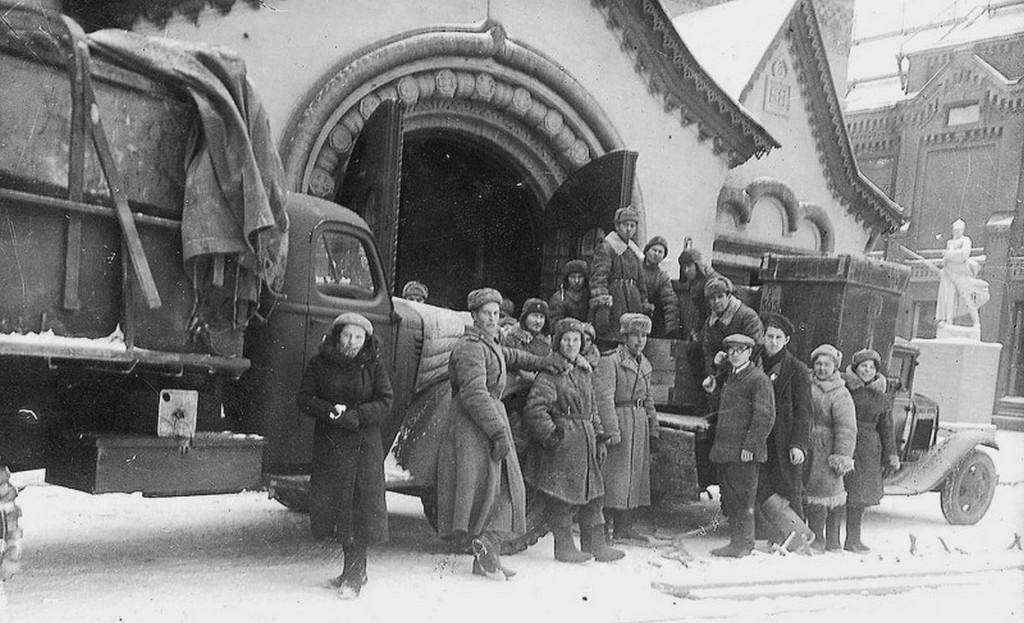 1944_a_leningradi_tretyakov_keptar_korebban_moszkvaban_biztonsagba_helyezett_mukincsei_kerulnek_vissza_a_muzeumba.jpg