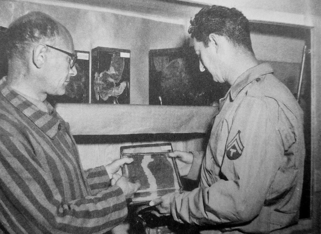 1945_buchenwaldi_koncentracios_tabor_felszabadult_rabja_egy_amerikai_katonanak_mutatja_a_taborban_meggyilkolt_emberek_kivagott_boret.jpg